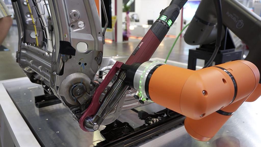 Robot Hanwha HCR - aplicație asamblare scaun auto